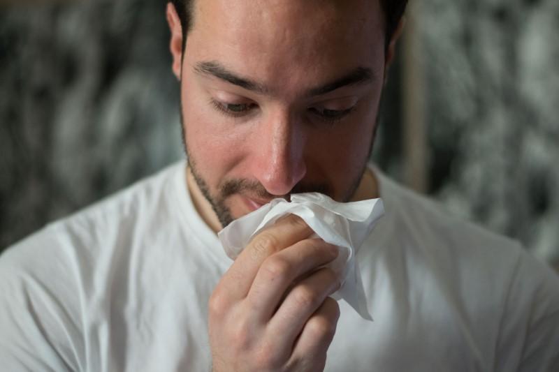 Prehlad povzročajo virusi, ki napadajo predvsem zgornje dihalne poti